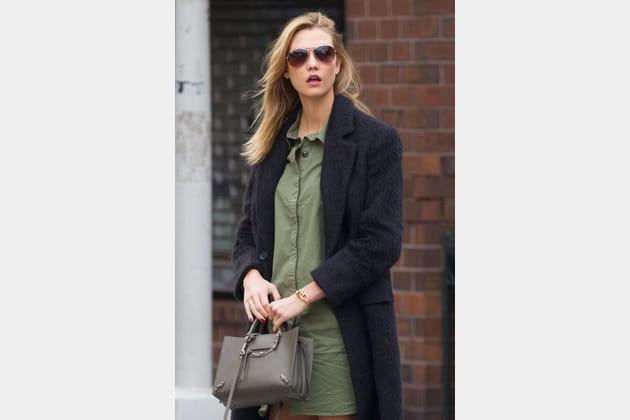 """Karlie Kloss et son """"City"""" de Balenciaga"""