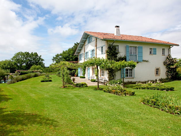Maison basque aux volets bleus