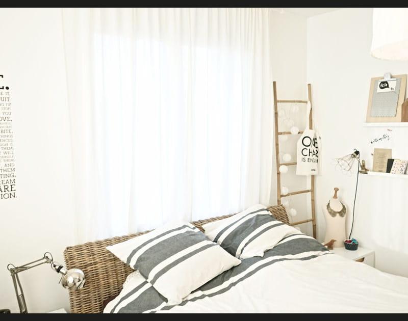 Une chambre claire à l'ambiance zen