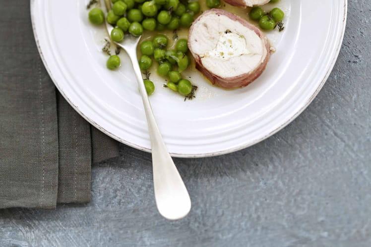 Blanc de volaille lardé farci au Carré Frais, olives, petit pois
