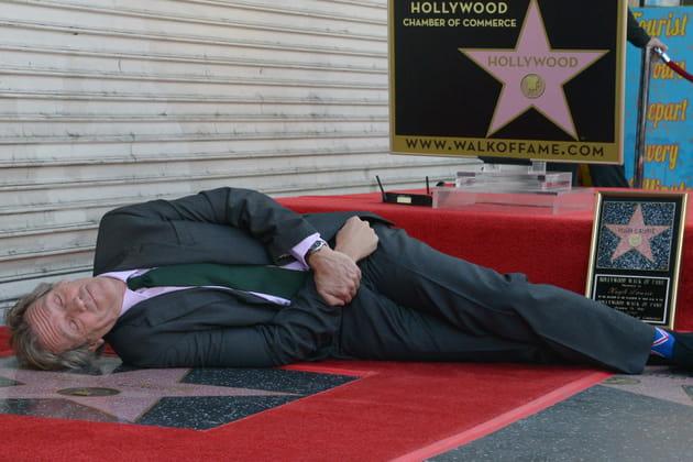 Hugh Laurie, fatigué par les éloges, fait une petite sieste