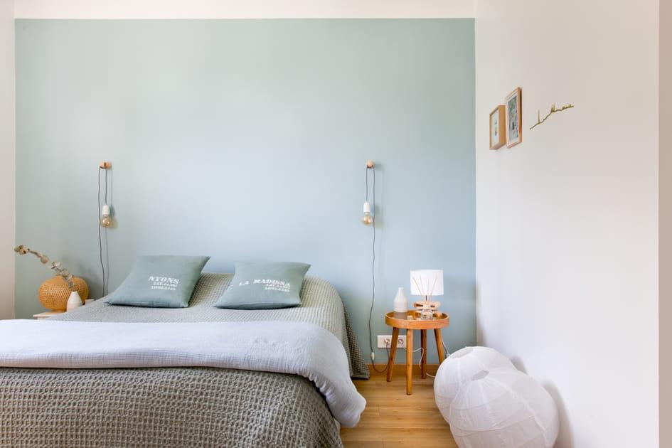 Une chambre d'adulte bleue pastel