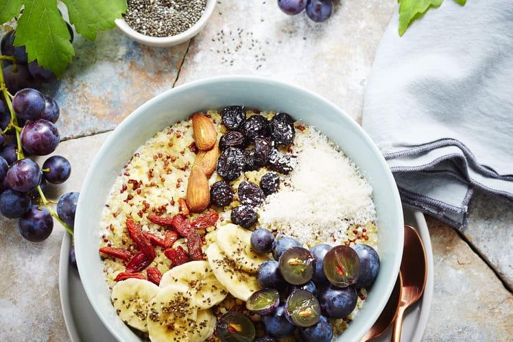 Bowl vitaminé aux raisins, quinoa, banane, baies de goji et lait d'amande