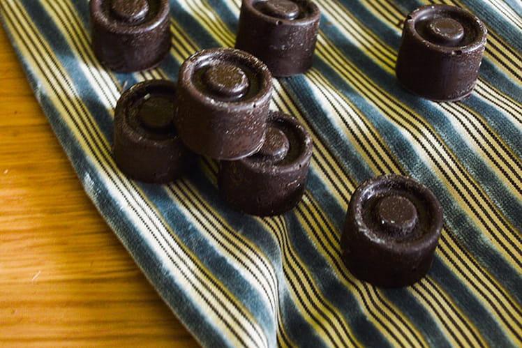 Petits chocolats noir au coeur de noisette
