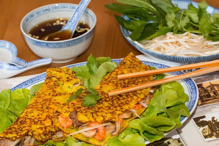 Crêpes vietnamiennes farcies aux crevettes et au porc Bánh xèo
