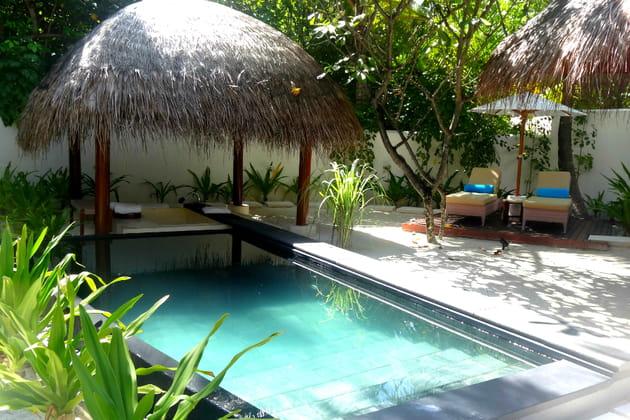 La beach villa et sa salle de bain extérieur