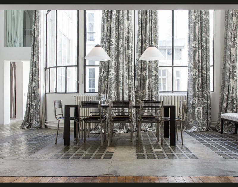 Une véranda centrale avec salle à manger