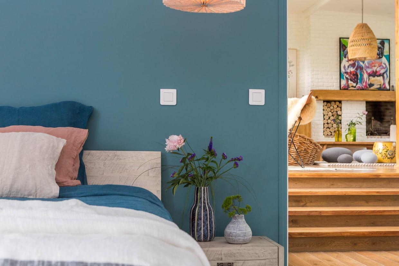 Chambre Parentale Bleu Canard du linge de lit et un mur bleu canard côté chambre