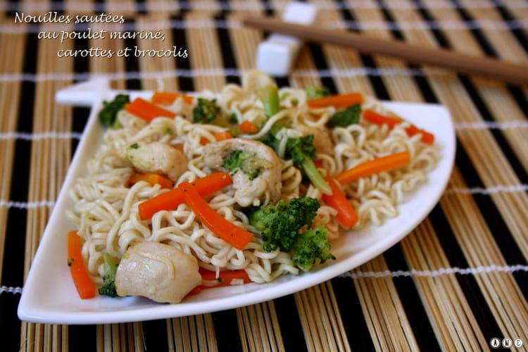 Wok de nouilles au poulet, carottes et brocolis