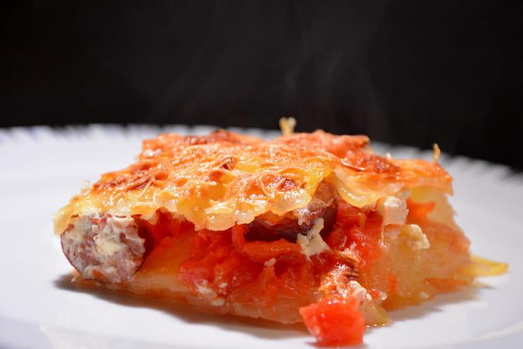 Gratin de pommes de terre, tomates et saucisse fumée