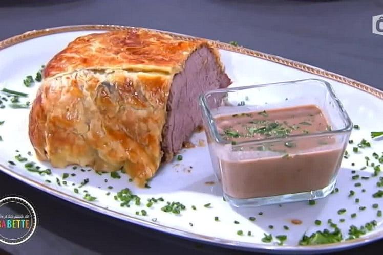 Filet de bœuf en croute feuilletée de champignons et crème  d'épices à la moutarde de cacao