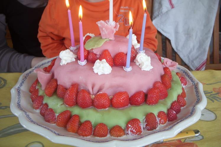 Gâteau d'anniversaire à la mousse de framboise, pâte d'amande et crème chantilly