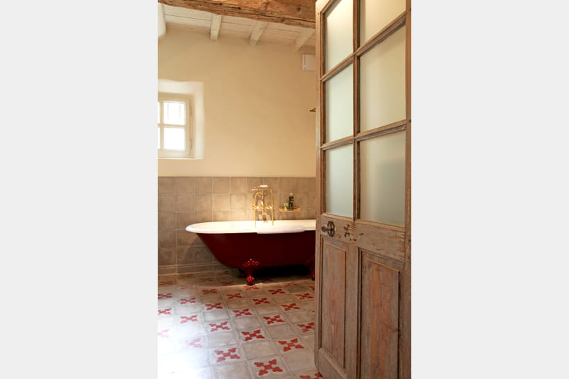 la baignoire sur pieds trne dans la salle de bains - Baignoire Sur Pieds