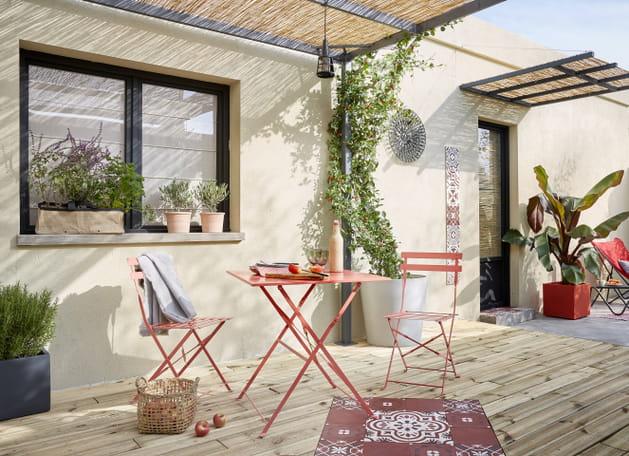 Une terrasse en bois à l\'ombre de la pergola