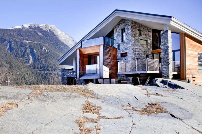 Un chalet moderne entre verre et pierres for Chalet d architecte