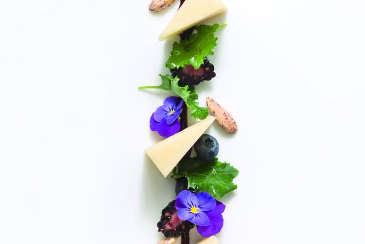 Cantal Entre-Deux, feuilles de Kale, mûres fraîches, gel de myrtilles
