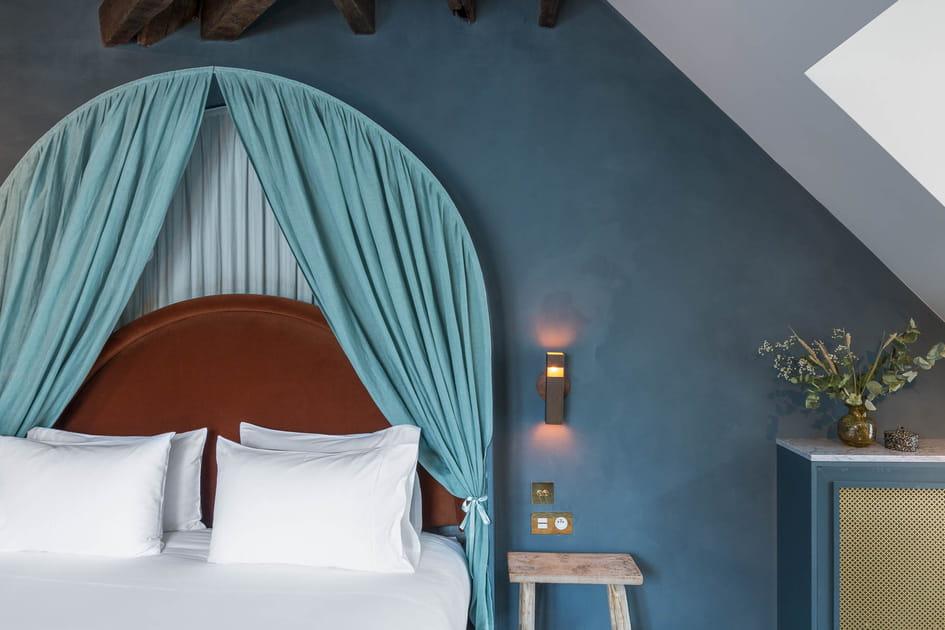 Une tête de lit en velours qui arrondit les angles