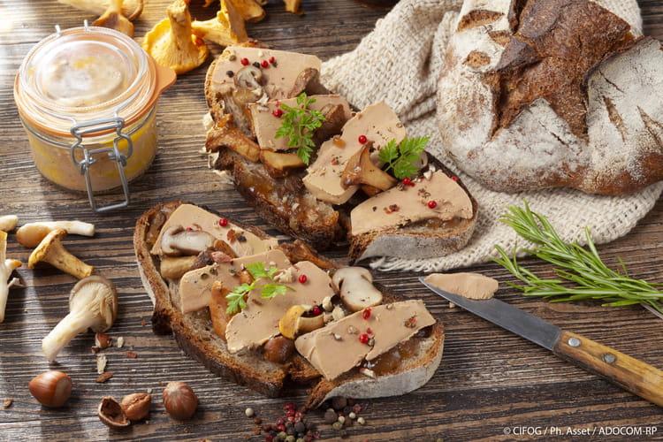 Tartine de campagne au foie gras, champignons des bois et confit d'échalotes