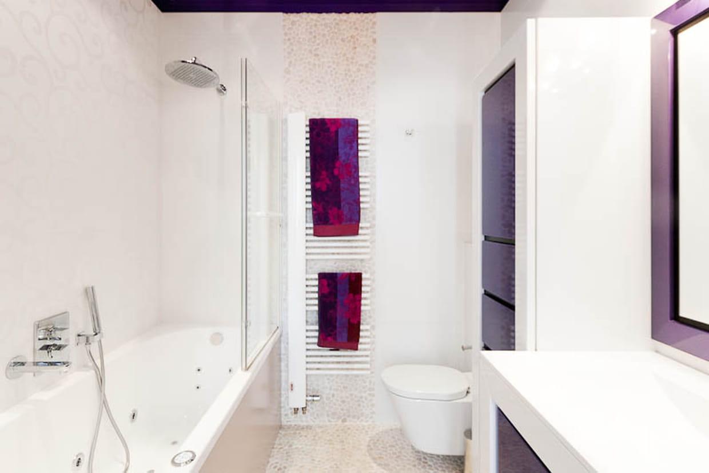 une salle de bains en blanc et violet. Black Bedroom Furniture Sets. Home Design Ideas