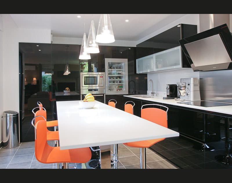 Une cuisine noire enluminée