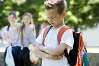 l'isolement ou l'attaque sur le matériel scolaire font partie des signes qui