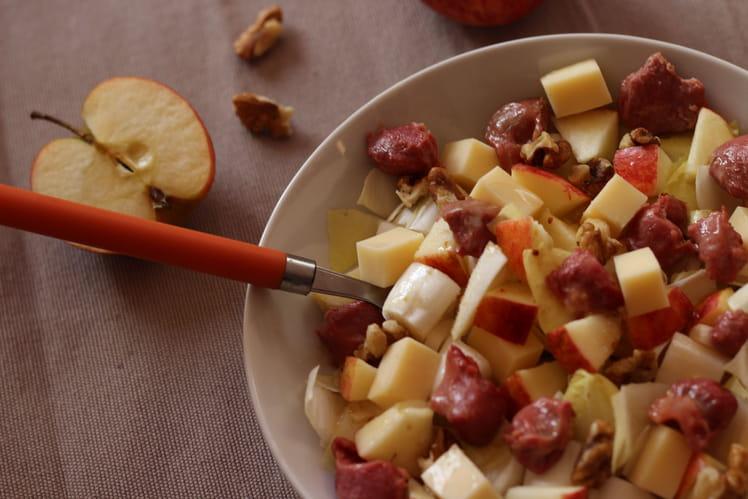 Salade hivernale - endives, pommes, noix, emmental et gésiers