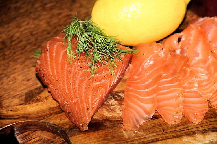 Saumon gravlax au sel saveurs fenouil basilic et à l'aneth