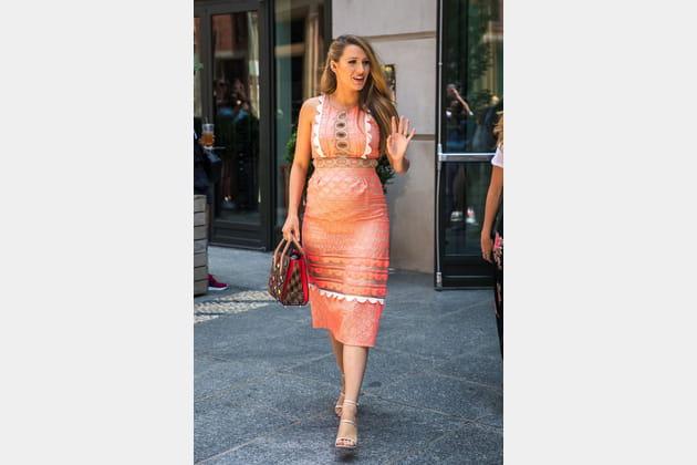 Une robe plastron corail pour Blake Lively