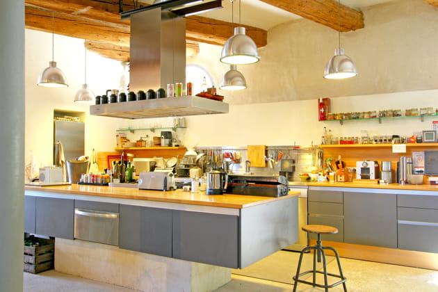 Une cuisine grise, douce et claire