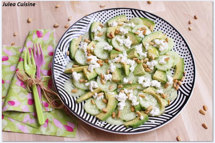 Salade végétarienne de concombre, avocat, chèvre frais et pignons