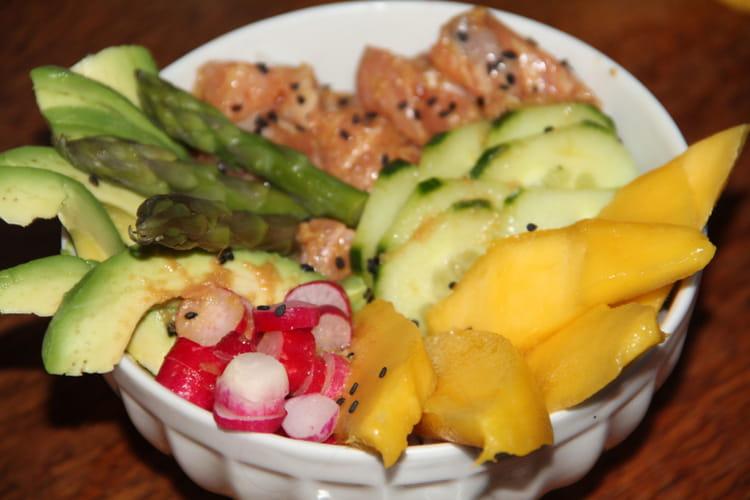 Poke bowl saumon, avocat, mangue, concombre, radis, asperges vertes