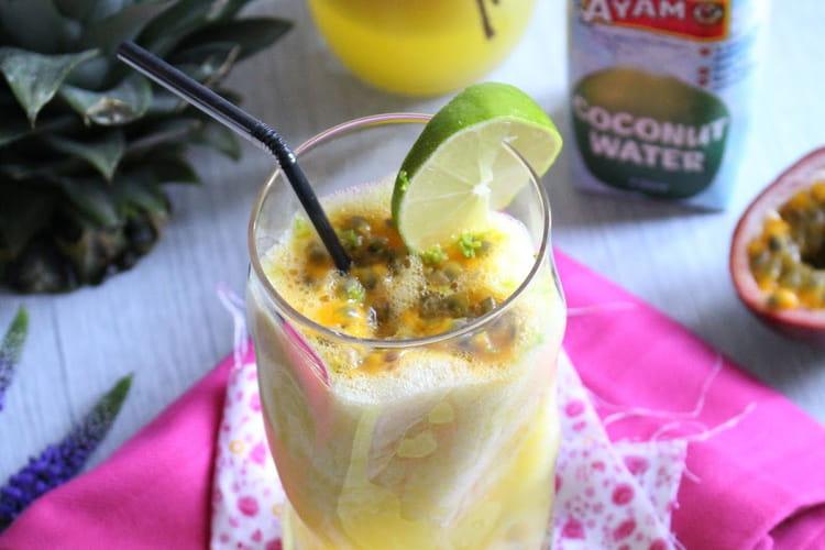 Cocktail sans alcool tropical à l'eau de coco