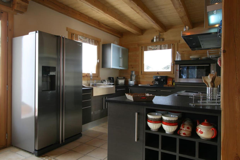 cuisine moderne dans chalet traditionnel. Black Bedroom Furniture Sets. Home Design Ideas