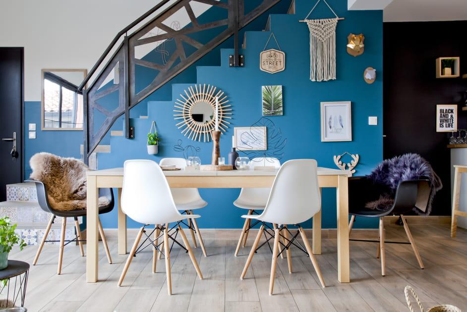 Mur bleu dans la salle à manger