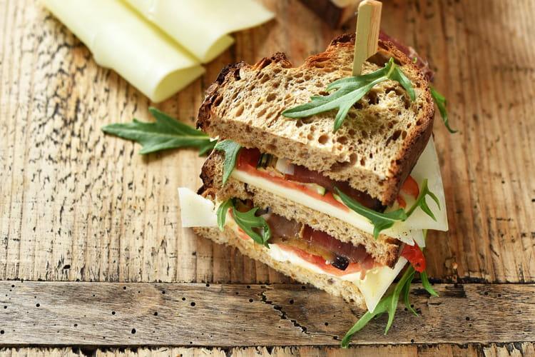 Club Sandwich aux tranches de brebis Lou Pérac, légumes grillés et jambon de pays