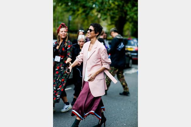 Yasmin Sewell en jupe violette asymétrique