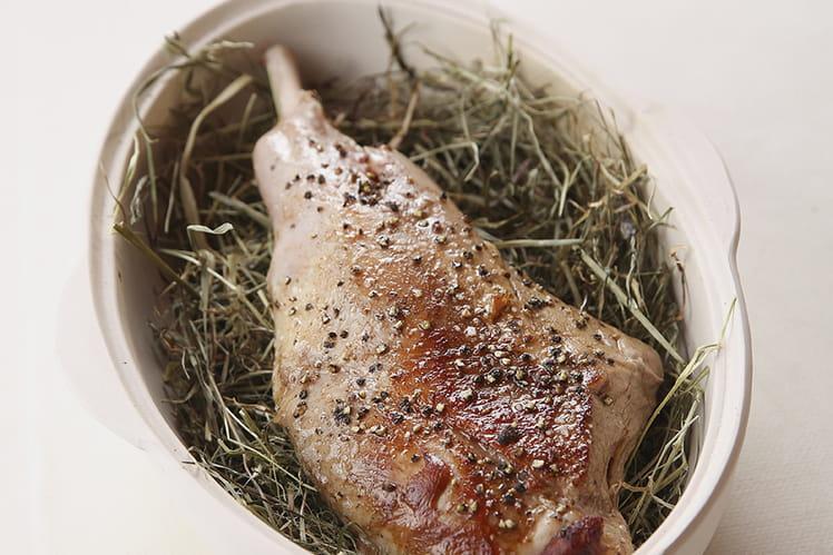 Gigot d'agneau de lait au foin, fricassée d'asperges blanches d'Alsace à l'ail des ours