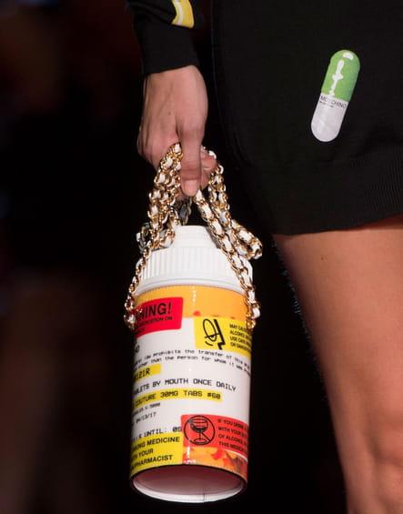 Le sac boîte de pilules du défilé Moschino