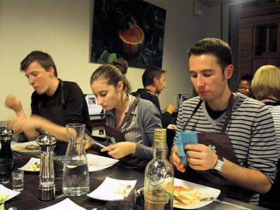 a la fin du cours, les élèves dégustent leurs plats.