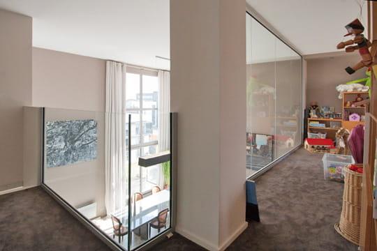 une mezzanine prot g e par le verre. Black Bedroom Furniture Sets. Home Design Ideas