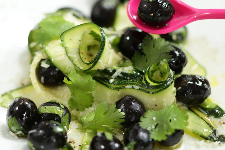 Salade de courgettes et olives noires au parmesan