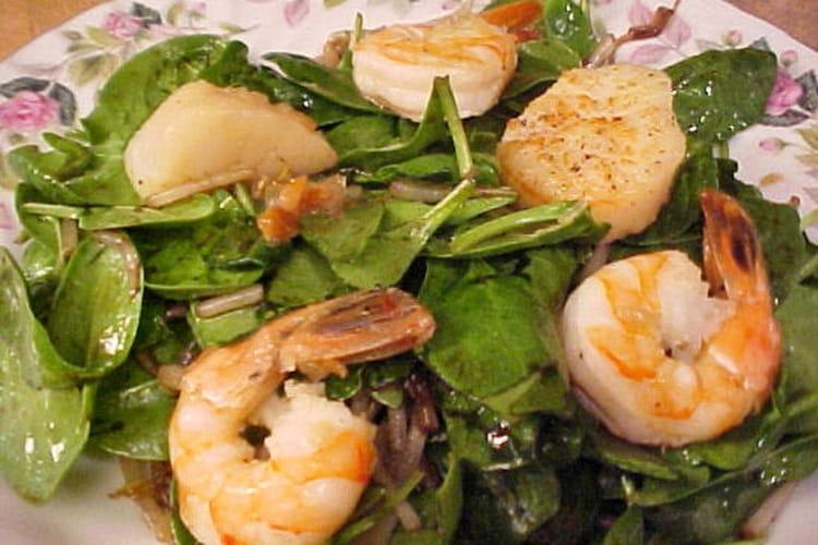 Salade de pousses d'épinards et de fruits de mer