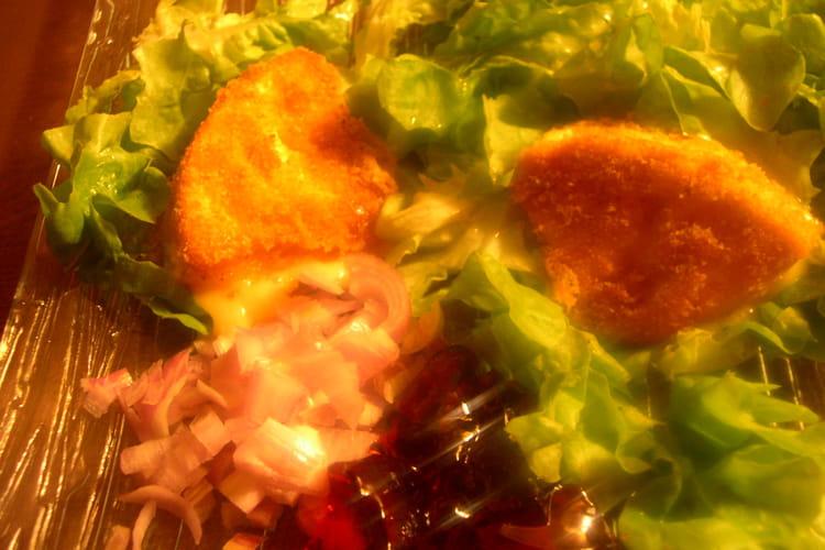 Camembert frit sur lit d'échalotes et de groseilles