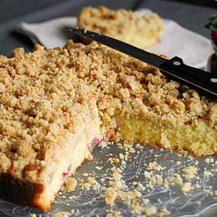 gâteau crumble fraises et rhubarbe