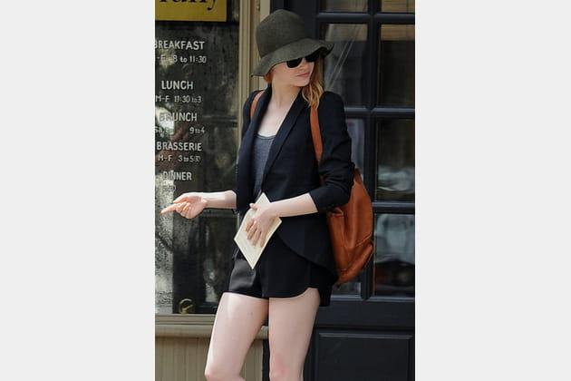 Emma Stone, preppy en short noir