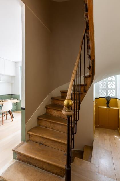 L'escalier ancien mène au sous-sol et aux étages