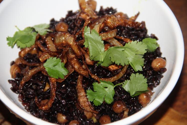 Riz vénéré (noir) épicé aux pois chiches et aux oignons frits