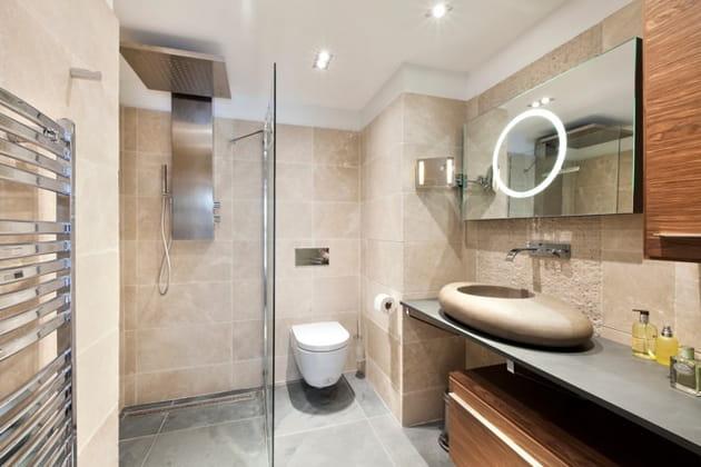Bois et pierre pour la salle de bains