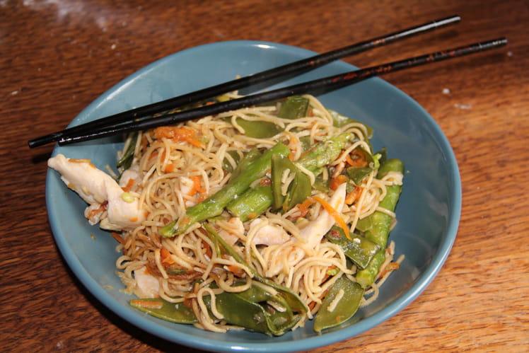 Wok de poulet, nouilles chinoises, pois gourmands, asperges et carottes