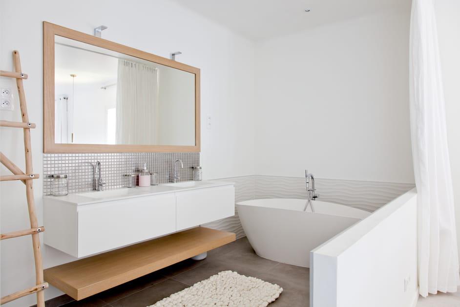 Un meuble de salle de bains complété d'une étagère
